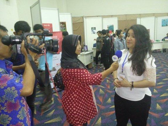 Alexandra Etienne sedang diwawancarai oleh TVRI